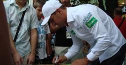 Екипажът на Глобул рали тийм раздава автографи за своите почитатели